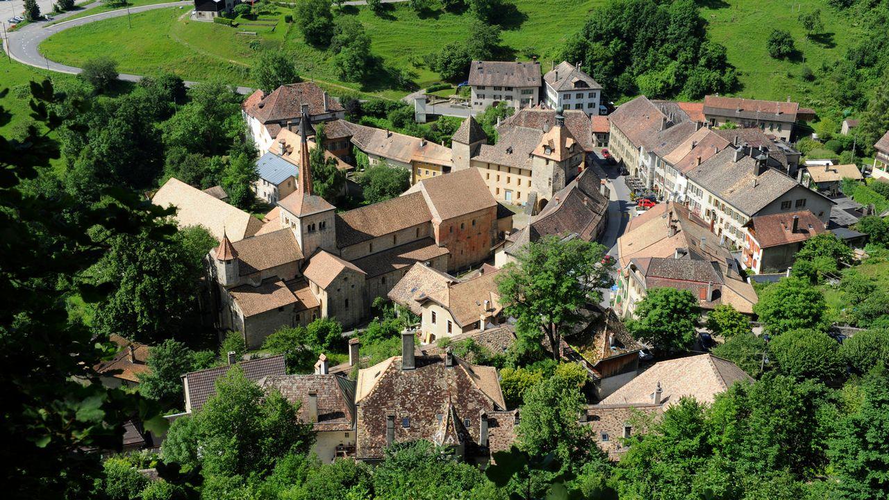 Niché dans le vallon du Nozon, Romainmôtier est en fait une ville, reconnue comme telle au XVIe siècle. [L'Illustré - RTS]