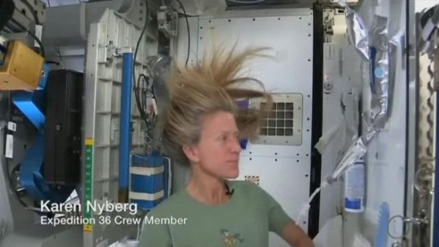 Les astuces pour se laver les cheveux dans l'espace [RTS]