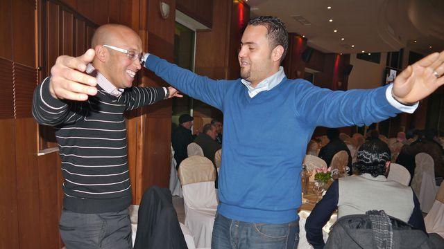 Khaled (à gauche) prévoit de se marier en juin prochain. Sa fiancée est elle aussi une pro Ennahda. [Thibaut Cavaillès - RTS]