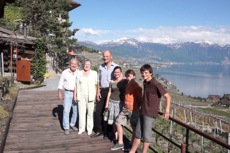 Constant et sa famille dans leurs vignes du Lavaux [Léo Felder - RTS]