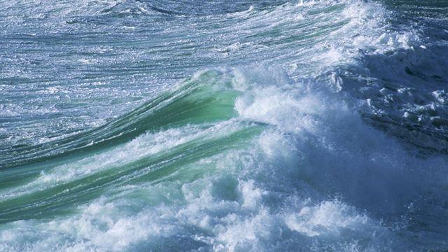 Des vagues en France, le long de l'Ile-de-Sein. [Brigitte Merle - AFP]