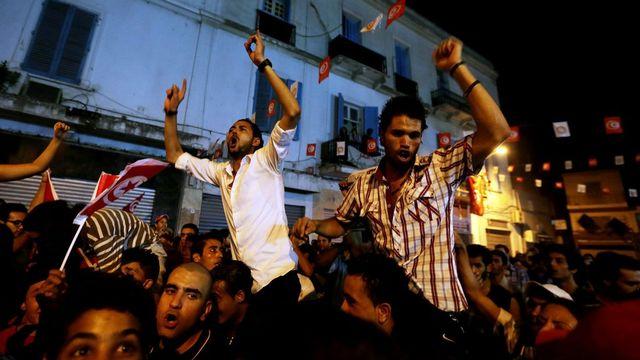 """Ghannouchi assassin"", ""Ennahda doit tomber aujourd'hui"", ""l'Assemblée constituante doit être dissoute"", ont crié les manifestants. [MOHAMED MESSARA - Keystone]"
