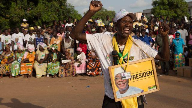 Un supporter du candidat à la présidentielle, Ibrahim Boubacar Keita. [Thomas Martinez - Keystone]