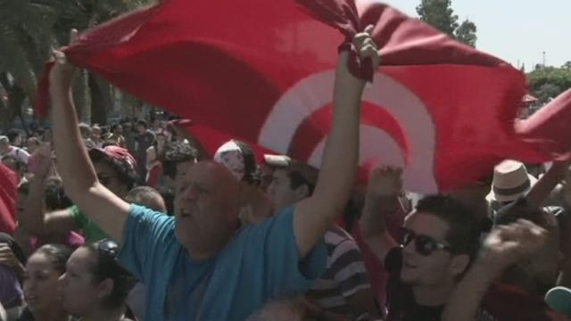 Sit-in des députés tunisiens devant l'Assemblée constituante [RTS]