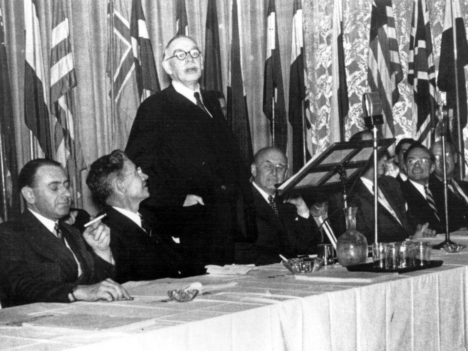 L'économiste John Maynard Keynes prend la parole lors de la Conférence de Bretton Woods en juillet 1944. [AFP]