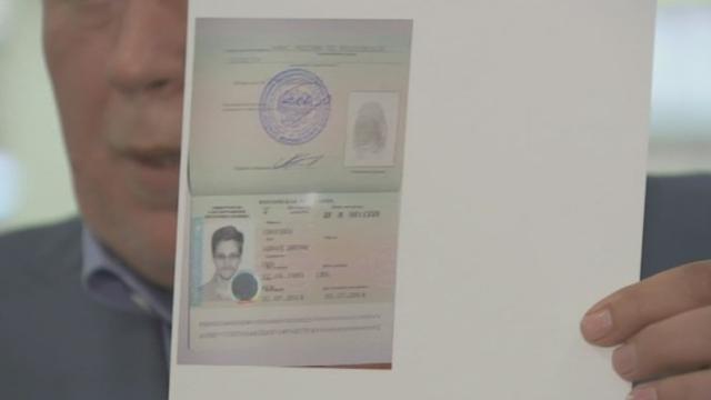 Le passeport provisoire d'Edward Snowden présenté [RTS]