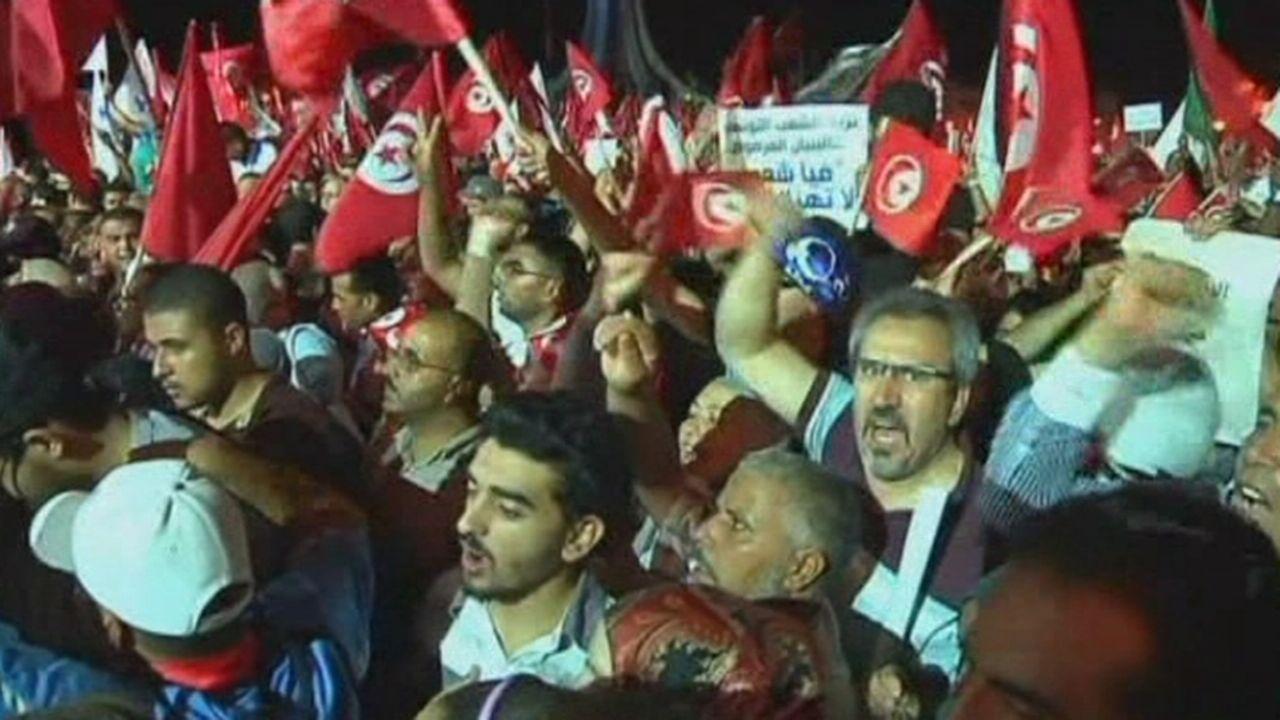 Des dizaines de milliers d'islamistes défilent à Tunis [RTS]