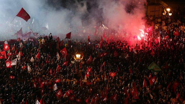 Des dizaines de milliers de sympathisants d'Ennahda ont manifesté samedi soir. [Mohamed Messara - EPA/Keystone]