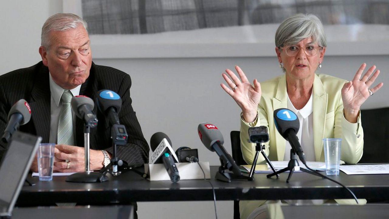 Yvonne Schärli, ministre de la Justice lucernoise, et le juge Jürg Sollberger en conférence de presse le 20 août, à propos de l'enquête sur deux cadres de la police lucernoise. [Keystone]