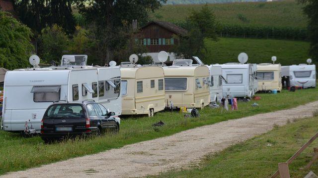 Un campement non autorisé s'est installé à Delémont. [Gaël Klein - RTS]