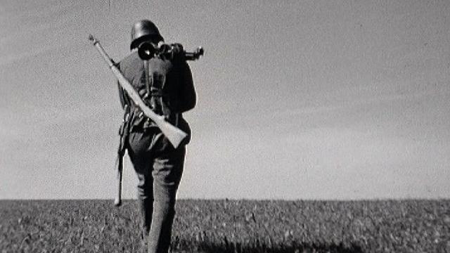 Soldat suisse à la manoeuvre en 1954 [RTS]