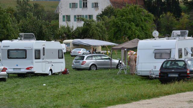 Les gitans se sont installés illégalement à Delémont. [Gaël Klein - RTS]