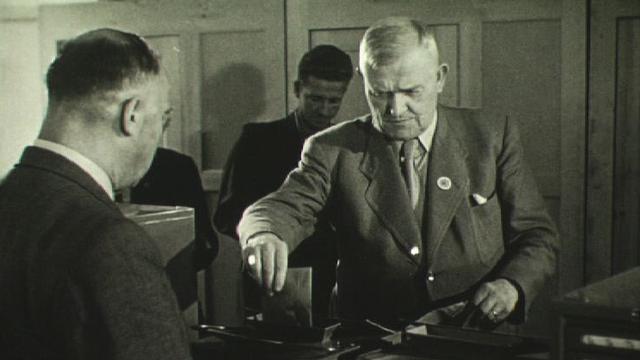 """Le conseiller fédéral Walther Stampfli, le """"Père de l'AVS"""", 1947 [RTS]"""