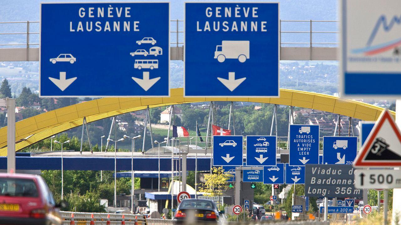 De nombreux frontaliers arrivent dans le canton de Vaud via la douane de Bardonnex à Genève. [Martin Ruetschi - Keystone]