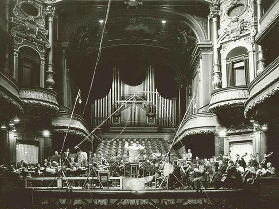 Ernest Ansermet dirige l'OSR au Victoria Hall. [Jean Mohr  - RTS]