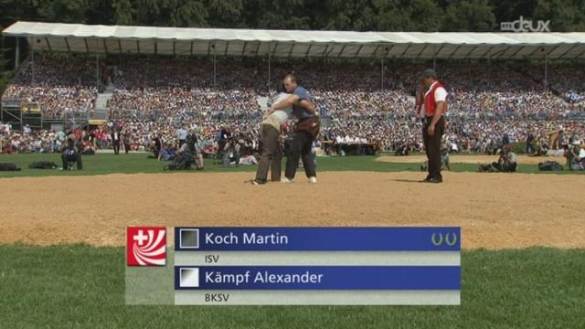 3e et 4e passe : Kämpf dans la défensive face à Koch Martin. [RTS]