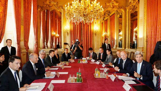 Le ministres français des Affaires étrangères Laurent Fabius (2e à gauche) et ses homologues américain et britannique John Kerry (2e à droite) et William Hague (3e à droite). [AP Photo/Larry Downing - Keystone]