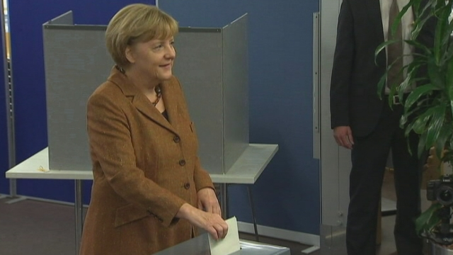 Angela Merkel dépose son bulletin dans l'urne [RTS]