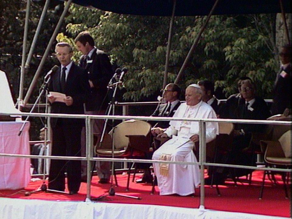 Le pape Jean-Paul II en visite au CERN en 1982. [RTS]