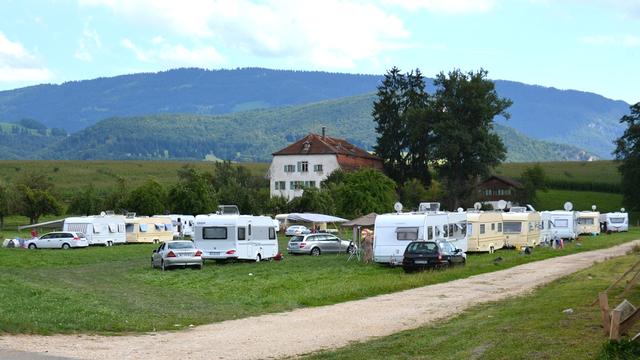 Des gens du voyage se sont installées illégalement ce week-end à Delémont. [Gaël Klein - RTS]