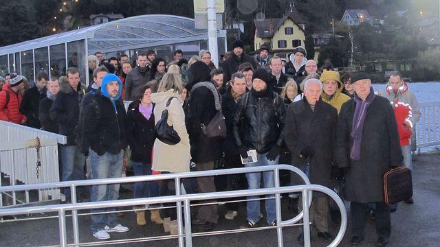 8h00, à Thonon-Les-Bains: il y a toujours autant de monde au moment d'embarquer. [Julien Magnollay - RTS]