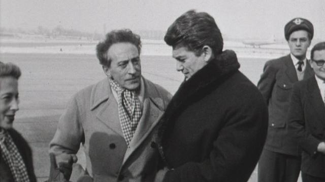 Jean Cocteau (à gauche) avec Jean Marais à Cointrin en 1954. [RTS]