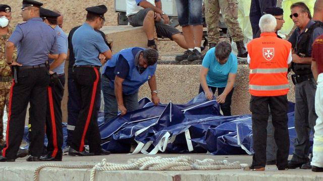 Un bateau transportant environ 500 migrants a fait naufrage près de l'île sicilienne de Lampedusa et a fait au moins 130 morts. [EPA/ETTORE FERRARI - Keystone]