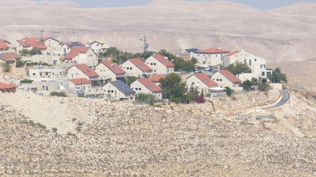 Le paysage est parsemé de ces maisons toutes neuves et bien alignées, entourées de verdure malgré le climat désertique ambiant. [Aline Jaccottet]