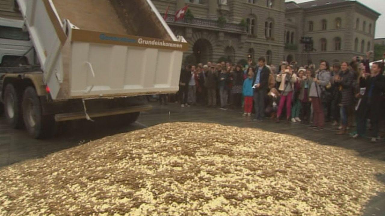 Pluie de pièces de 5 centimes sur la Place fédérale [RTS]