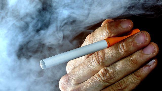 Le sort de l'e-cigarette est entre les mains des députés de l'Union européenne. [Tim Ireland - AP/Keystone]
