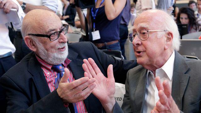 Le Belge François Englert, à gauche, discute avec le Britannique Peter Higgs lors d'une conférence de presse au CERN, près de Genève, le 4 juillet 2012. [Denis Balibouse - Reuters]