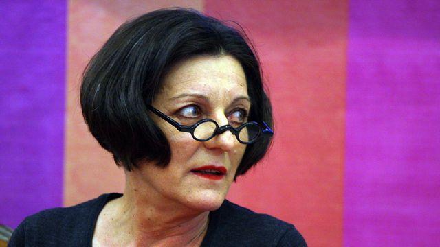 """2009 - Herta Müller (Allemagne) - La romancière allemande d'origine roumaine, 12e femme lauréate du prix Nobel de littérature, est couronnée pour avoir, """"avec la concentration de la poésie et l'objectivité de la prose, dessiné les paysages de l'abandon"""", explique l'Académie suédoise. Née en 1953 dans le village germanophone de Nitchidorf, près de Timisoara, elle a fui son pays en 1987 pour échapper à la dictature de Nicolae Ceausescu. [Hector Guerrero - AFP]"""