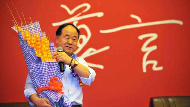 """2012 - Mo Yan (Chine) - Le romancier chinois, """"avec un réalisme hallucinatoire, unit conte, histoire et le contemporain"""", indique l'Académie suédoise pour expliquer son choix. Né en 1955 ou 1956 (selon les sources), il est le deuxième écrivain de langue chinoise à être couronné par le prix Nobel depuis sa création en 1901. [Xinhua/Guo Cheng - AFP]"""