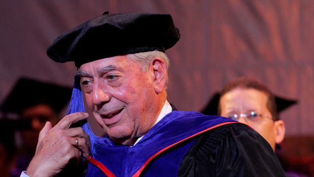 """2010 - Mario Vargas Llosa (Pérou) - Le prix Nobel est attribué au romancier sud-américain """"pour sa cartographie des structures du pouvoir et ses images aiguisées de la résistance de l'individu, de sa révolte et de son échec"""", précise l'Académie suédoise. Mario Vargas Llosa, né en 1936 à Arequipa, est lauréat de plusieurs autres récompenses, dont le prix Cervantès, la plus importante distinction de la littérature espagnole. [Erika Santelices - AFP]"""