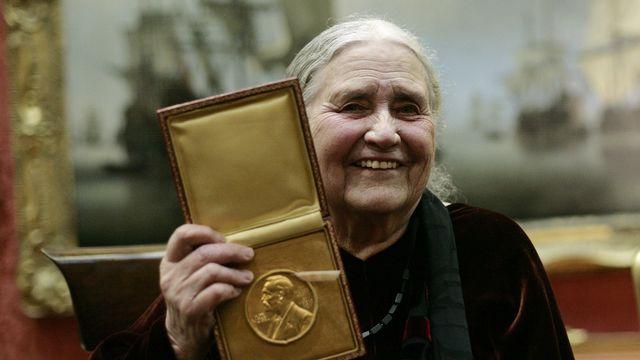 """2007 - Doris Lessing (Royaume-Uni) - L'Académie suédoise récompense """"la conteuse épique de l'expérience féminine, qui avec scepticisme, ardeur et une force visionnaire scrute une civilisation divisée"""". Née en Iran en 1919, alors que son père était capitaine dans l'armée britannique, la romancière a vécu la première partie de sa vie en Afrique, dans l'ancienne colonie britannique de Rhodésie du sud, aujourd'hui Zimbabwe, ce qui marquera son oeuvre. [Shaun Curry - AFP]"""