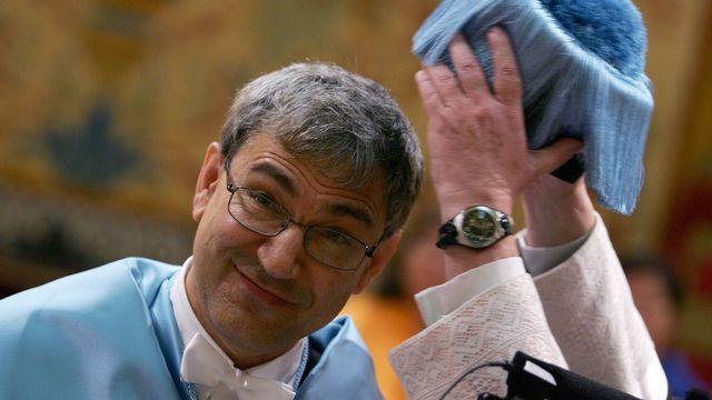 """2006 - Orhan Pamuk (Turquie) - Le prix Nobel est remis à un écrivain """"qui à la recherche de l'âme mélancolique de sa ville natale a trouvé de nouvelles images spirituelles pour le combat et l'entrelacement des cultures"""", selon l'Académie suédoise. Considéré comme un contestataire dans son pays, Orhan Pamuk, né en 1952 à Istanbul, est le premier écrivain du monde musulman à condamner publiquement la fatwa lancée contre Salman Rushdie en 1989. [Pedro Armestre - AFP]"""