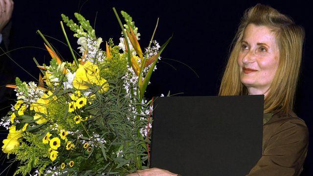 """2004 - Elfriede Jelinek (Autriche) - Le prix Nobel est remis à la romancière autrichienne pour """"le flot de voix et de contre-voix dans ses romans et ses drames qui dévoilent avec une exceptionnelle passion langagière l'absurdité et le pouvoir autoritaire des clichés sociaux. Née en 1946, Elfriede Jelinek, a notamment écrit """"La Pianiste"""", adapté au cinéma en 2001 par son compatriote Michael Haneke. [AFP]"""
