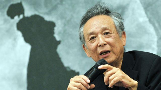 """2000 - Gao Xingjian (Chine) - L'Académie suédoise le récompense pour """"une oeuvre de portée universelle, marquée d'une amère prise de conscience et d'une ingéniosité langagière, qui a ouvert des voies nouvelles à l'art du roman et du théâtre chinois"""". Contestataire, Gao Xinjiang, né en 1940, a été contraint à l'exil par Pékin. Il vit en France depuis 1988 et a obtenu la nationalité française en 1998. [Mandy Cheng - AFP]"""