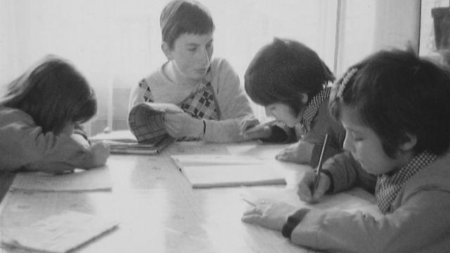 Une aide familiale s'occupant d'enfants en 1971. [RTS]