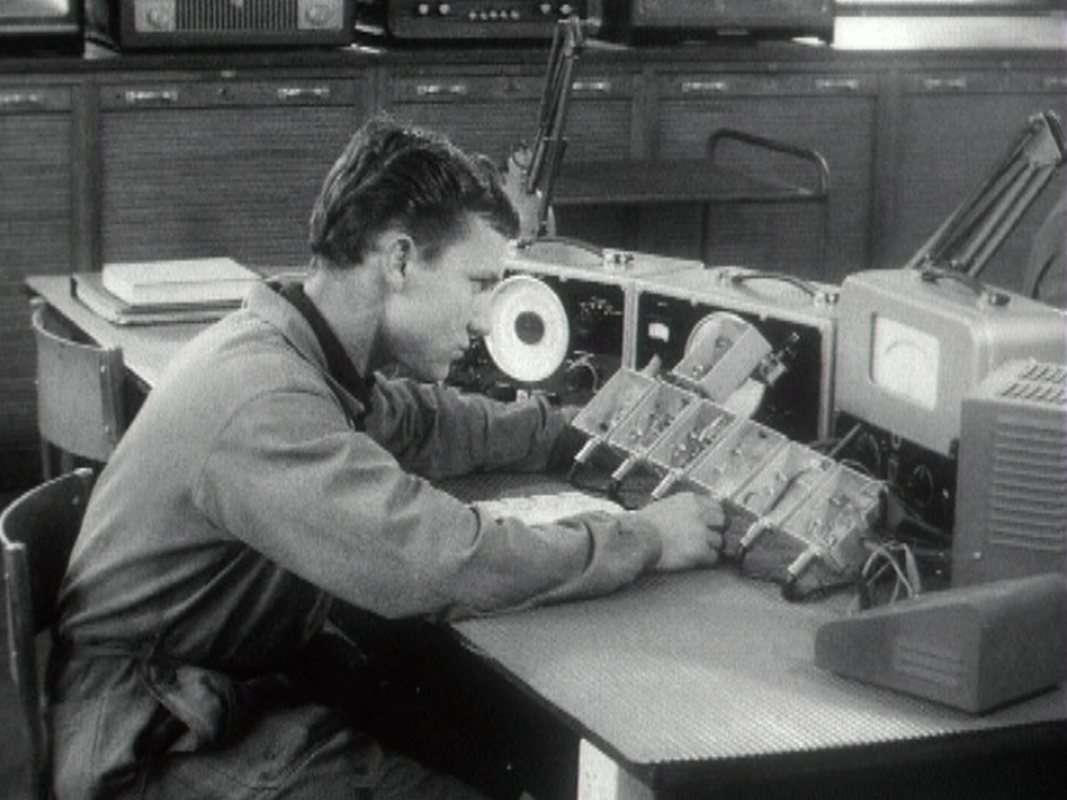 Un jeune apprenti radio-électricien en 1968. [RTS]