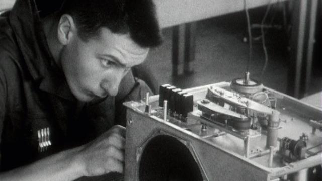 Un jeune apprenti radio-électricien en 1968. [RTS - RTS]