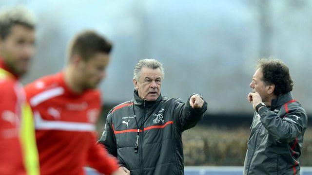 L'entraîneur de l'équipe suisse de football Ottmar Hitzfeld et son assistant, à droite, Michel Pont. [Walter Bieri - Keystone]