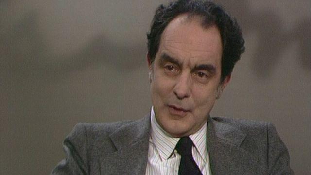 L'écrivain italien Italo Calvino sur le plateau de Noir sur blanc en 1981. [RTS]