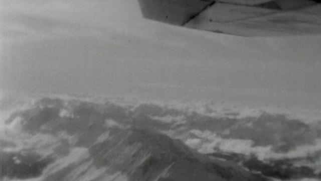 Survol de la région du Mont-Blanc en 1966. [RTS]