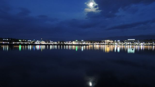 Genève au petit jour avec le coucher de lune. [Daniel Simon - vosinfos]