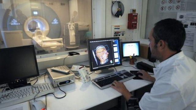 Un médecin observe les images d'un cerveau obtenues par IRM, au Cemerem de Marseille, en 2008. [AFP]