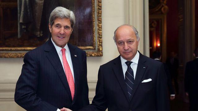 Paris a renouvelé ses demandes d'explications à Washington sur son programme de renseignement, ici John Kerry et Laurent Fabius qui se sont rencontrés mardi. [Philippe Wojazer - EPA/Keystone]