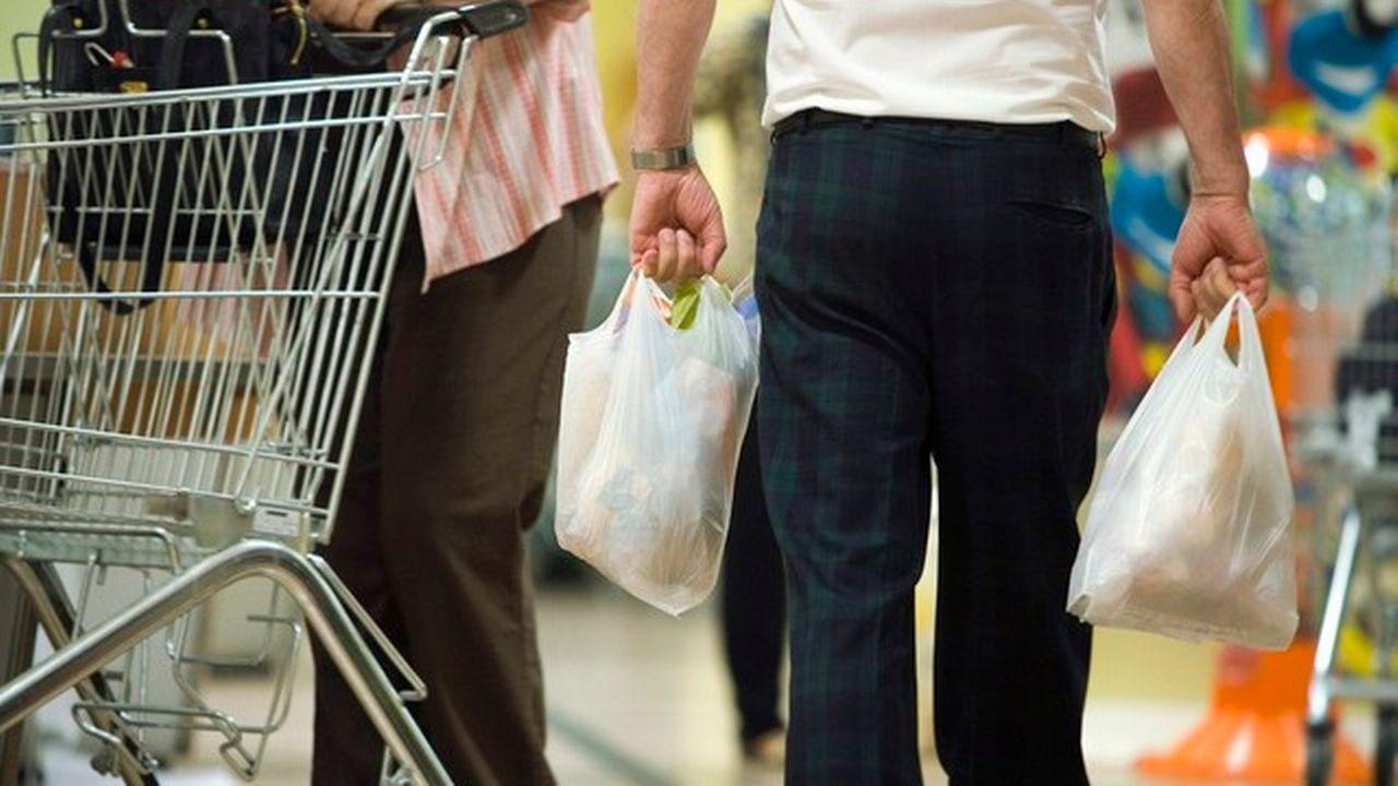 Les sacs en plastique blancs feront place à des sacs biodégradables payants. [Gaetan Bally - Keystone]