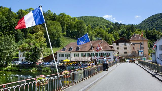 Le Jura est tout particulièrement une terre de frontaliers. [Martin Ruetschi - Keystone]