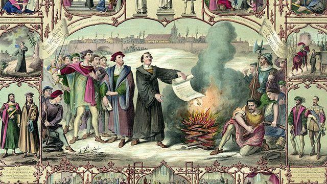 Luther brûlant publiquement les œuvres de Jan Eck, un livre de droit canon et la bulle condamnant ses propositions.